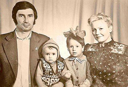 Family Zimin: Pope Alexander Petrovich, Julia, her sister Lena and her mother. 1984